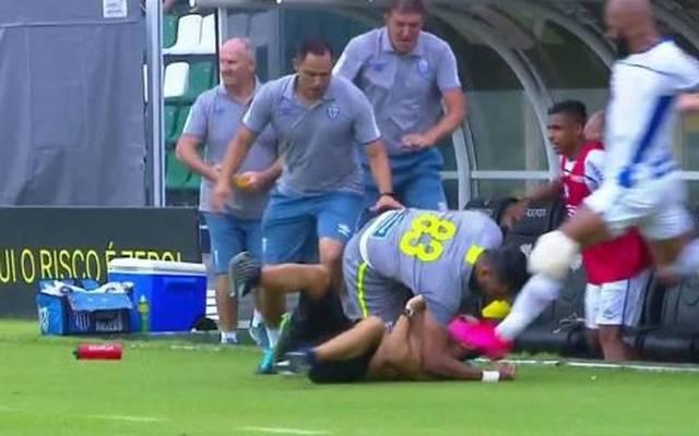 Bruno Silva (re.) tritt einem Flitzer gegen den Kopf