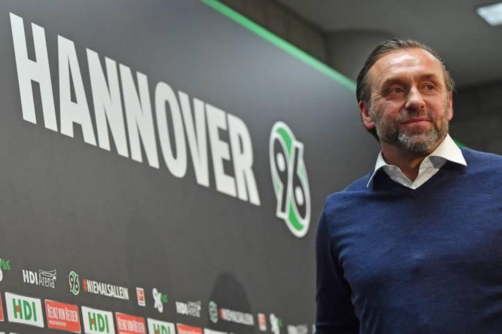 """""""Es ist jetzt wichtig, eine gewisse Aufbruchstimmung zu erzeugen. Und das nicht mit Parolen, sondern mit Arbeit."""" Am 28. Januar präsentierte sich Thomas Doll als neuer Trainer von Hannover 96 der Öffentlichkeit"""