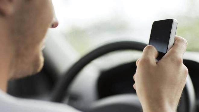 Viele Autofahrer können selbst am Steuer nicht auf ihr Handy verzichten