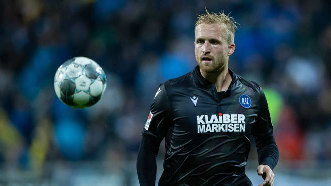 DARMSTADT, GERMANY - OCTOBER 04: Philipp Hofmann of Karlsruhe controls the ball during the Second Bundesliga match between SV Darmstadt 98 and Karlsruher SC at Merck-Stadion am Boellenfalltor on October 04, 2019 in Darmstadt, Germany. (Photo by Simon Hofmann/Bongarts/Getty Images)
