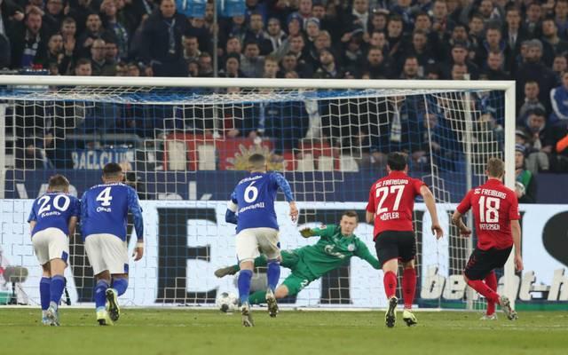 Nils Petersen (r.) brachte den SC Freiburg auf Schalke per Elfmeter zurück ins Spiel