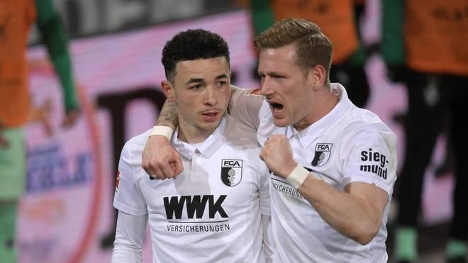 Ruben Vargas (l.) mit Andre Hahn im Trikot des FC Augsburg