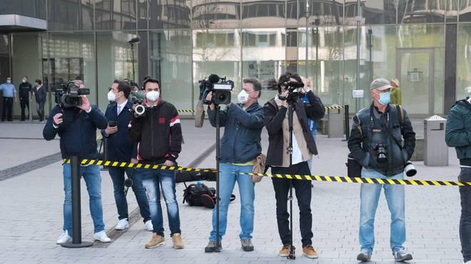 Medienvertreter vor dem Düsseldorfer Amtsgericht