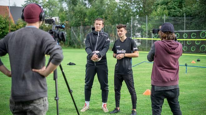 """In der ersten Folge von """"Kickz vs. Trix"""" tritt Freestyler Marcel Gurk gegen Augsburgs Michael Gregoritsch an"""