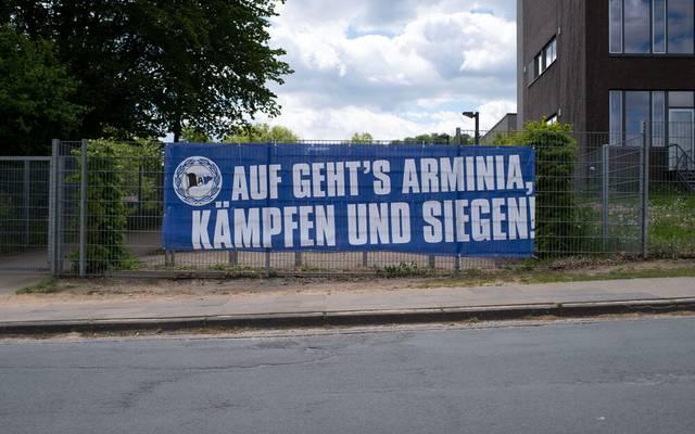 Angebliche Fans von Arminia Bielefeld haben sich eine wüste Prügelei geliefert