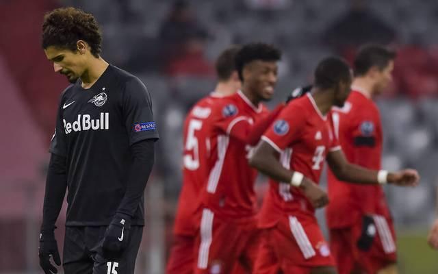 Andre Ramalho (Salzburg) lässt den Kopf hängen, hinten jubeln die Bayern-Stars