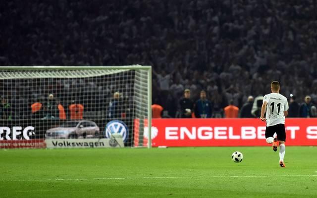 Mijat Gacinovic lief 2018 auf das leere Bayern-Tor zu, um das 3:1 zu erzielen