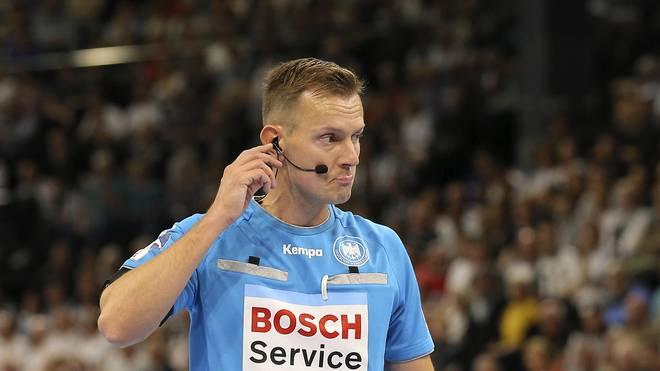 Für Tobias Tönnies war das Spitzenspiel der HBL zwischen Kiel und Hannover vorzeitig beendet