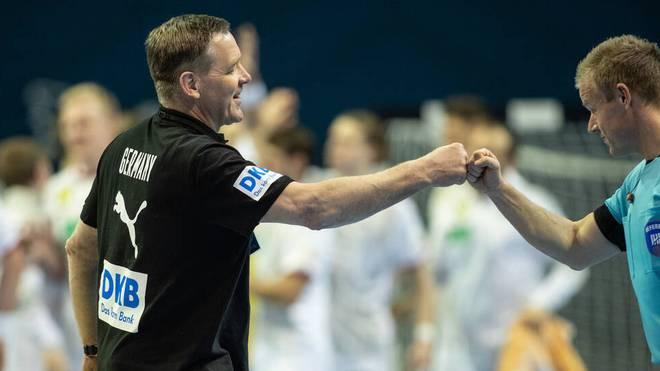 Glücklich nach geschaffter Olympia-Qualifikation: Handball-Bundestrainer Alfred Gislason (l.)