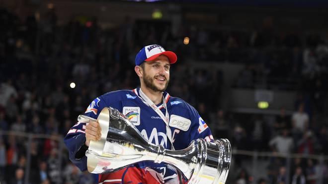 Marcel Goc nahm in der vergangenen Saison den Meisterpokal in Empfang