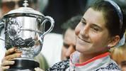 Platz 9 - MONICA SELES - 9 Siege: Die Jugoslawin und spätere Amerikanerin ist zu Beginn der 90er Jahre die große Rivalin von Steffi Graf. Zwischen 1990 und 1993 gewinnt Seles je dreimal die Australian Open und French Open (Bild), dazu zweimal die US Open. Am 30. April 1993 wird Seles von einem psychisch-gestörten Graf-Fan niedergestochen. Zwei Jahre später gibt sie ihr Comeback und holt bei den Australian Open 1996 ihren 9. Grand-Slam-Titel