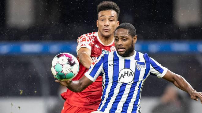 Karim Onisiwo (l.) von FSV Mainz kämpft gegen Berlins Deyovaisio Zeefuik um den Ball.