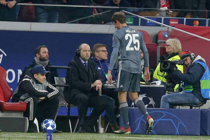 Es hätte ein schöner Abend für Thomas Müller werden sollen. Bei Ajax Amsterdam bestritt der Nationalspieler sein 105. Champions-League-Spiel für die Münchner. Kein Bayern-Akteur hat mehr. Doch Müllers Spiel endete in der 75. Minute