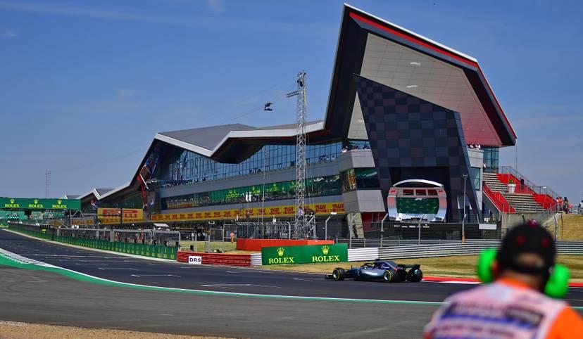 Die Formel 1 macht Halt in Silverstone. Nach dem Debakel mit dem Doppel-Aus in Spielberg will Mercedes im Kampf mit Ferrari zurückschlagen. Vor allem Weltmeister Lewis Hamilton brennt in seiner Heimat darauf, die WM-Führung von Sebastian Vettel zurückzuerobern. SPORT1 zeigt die Bilder des Qualifyings