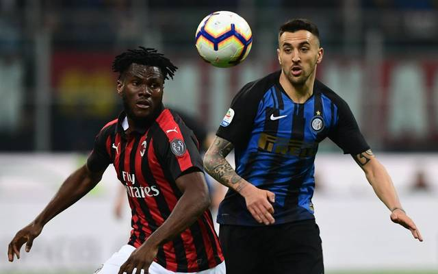 AC Milan's Ivorian midfielder Franck Kessie (L) and Inter Milan's Uruguayan midfielder Matias Vecino go for the ball during the Italian Serie A football match AC Milan vs Inter Milan at the San Siro stadium in Milan on March 17, 2019. (Photo by Miguel MEDINA / AFP)        (Photo credit should read MIGUEL MEDINA/AFP via Getty Images)