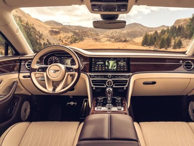 Vor allem bei der Ausstattung hält sich Bentley an bewährte Traditionen. So bietet auch der Flying Spur ein gehobenes Ambiente aus Holz und Leder