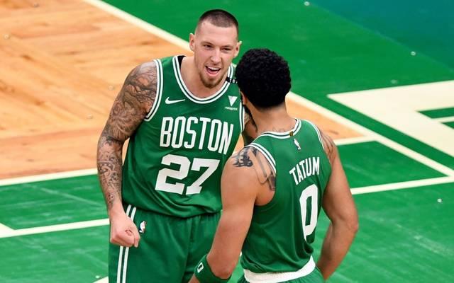 Daniel Theis (l.) und die Celtics besiegen Detroit
