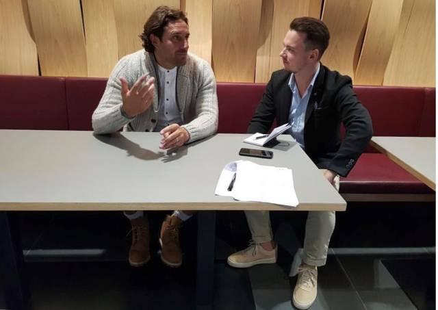SPORT1-Chefreporter Florian Plettenberg (r.) traf Luca Toni zum Interview