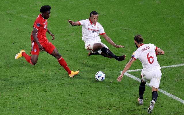 Jules Koundé (Mitte) wurde mit Sevilla Europa-League-Sieger
