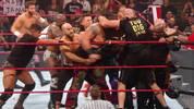 Tyson Fury legte sich bei WWE Monday Night RAW mit Braun Strowman (in Militärhose) an