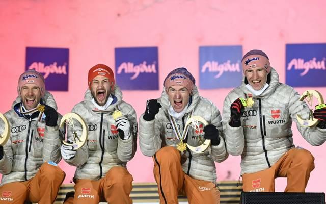 Severin Freund (2.v.r.) freut sich über WM-Gold mit dem Team