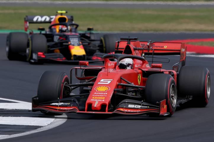 Beim Großen Preis von Großbritannien verschenkt Sebastian Vettel wegen einer selbstverschuldeten Kollision mit Max Verstappen eine bessere Platzierung. Die internationalen Medien lästern und schwärmen von Lewis Hamilton, der erneut seine Klasse zeigt. SPORT1 fasst die Pressestimmen zusammen