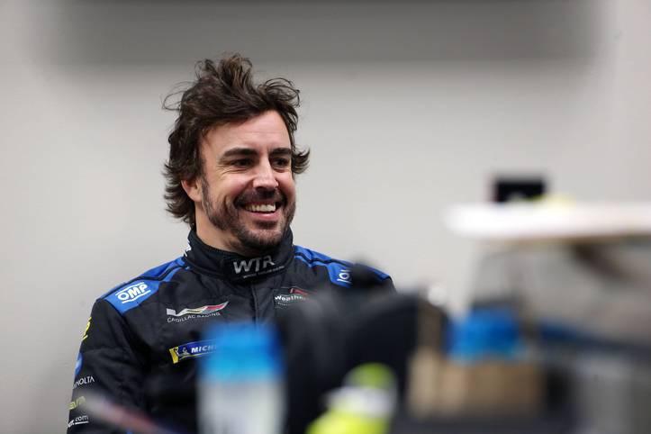 Nach seinem Rücktritt aus der Formel 1 ist Fernando Alonso der Star der amerikanischen IMSA-Sportwagenmeisterschaft, die mit den traditionellen 24-Stunden von Daytona beginnt. Alonso bildet ein schlagkräftiges Team unter anderem mit dem früheren Formel-1-Piloten Kamui Kobayashi