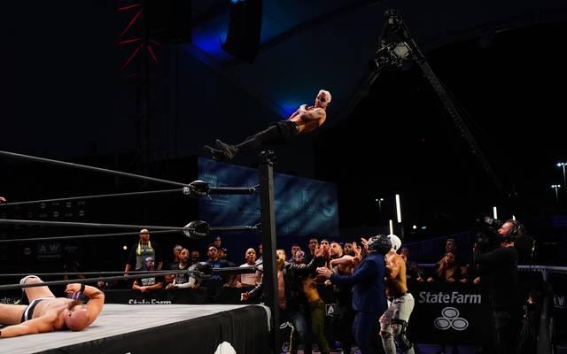 Darby Allin springt bei AEW Dynamite mit dem Coffin Drop auf die Dark Order