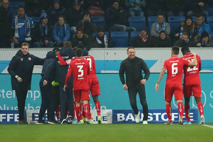 Ein Debüt für die Geschichtsbücher. Achim Beierlorzer gewinnt in seinem ersten Spiel als Mainzer Trainer mit 5:1 bei der TSG Hoffenheim - obwohl die 05er die komplette zweite Halbzeit in Unterzahl spielen müssen