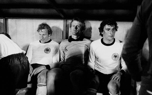 Katsche Schwarzenbeck, Sepp Maier und Dieter Müller (v.l.) nach dem verlorenen EM-Finale 1976