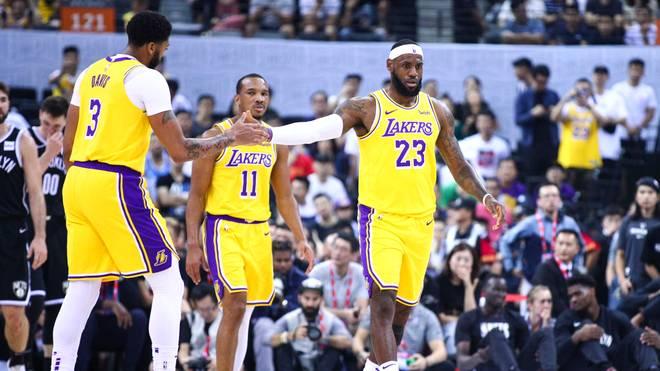 LeBron James (r.) und Anthony Davis (l.) von den Los Angeles Lakers müssen auf Avery Bradley (M.) verzichten