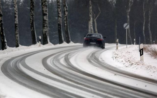 Keine Hektik bei winterlichen Straßenverhältnissen: Hat es geschneit, planen Autofahrer lieber mehr Zeit als sonst für ihre gewohnten Strecken ein
