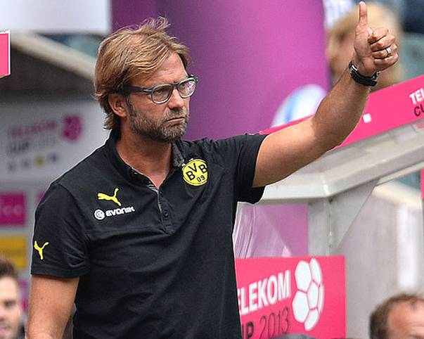 Jürgen Klopp und sein BVB sichern sich 2011 und 2012 drei nationale Titel und machen die Achterbahn-Neunziger endlich vergessen. Ein letzter Rekord aus grauer Vorzeit fällt am 5. Spieltag gegen den VfB Stuttgart. Klopp löst Trainerlegende Ottmar Hitzfeld mit seinem 209. Bundesligaspiel als BVB-Rekordtrainer ab. Insgesamt ist Klopp mit 311 Bundesligaspielen aber noch ein rechter Benjamin in der Trainergilde. SPORT1 zeigt die Trainer-Dauerbrenner der Bundesligahistorie