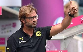 Jürgen Klopp und sein BVB sichern sich 2011 und 2012 drei nationale Titel und machen die Achterbahn-Neunziger endlich vergessen. Ein letzter Rekord aus grauer Vorzeit fällt am 5. Spieltag gegen den VfB Stuttgart. Klopp löst Trainerlegende Ottmar Hitzfeld