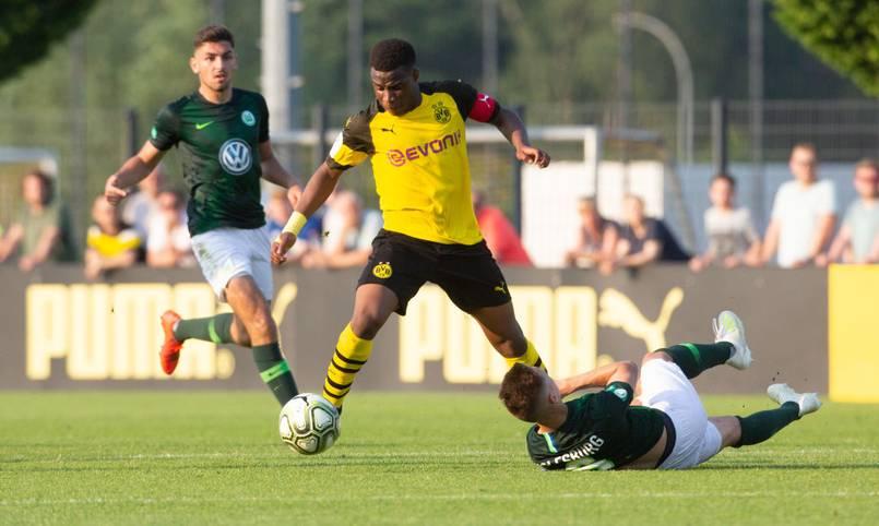 15 Jahre ist Youssoufa Moukoko erst alt - und dennoch kennt ihn in Deutschland fast jeder Fußball-Fan. Der Stürmer trifft in der U19 von Borussia Dortmund, wie er will und könnte bald in der Bundesliga auflaufen