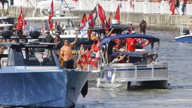 NFL-Superstar Tim Brady von SuperBowl-Sieger Tampa Bay Buccaneers während der Siegesparade auf dem Wasser