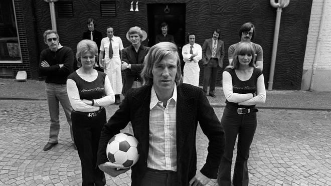 Günter Netzer mit seinen Angestellten vor seiner Diskothek Lovers Lane