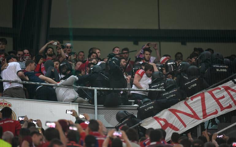 Unschöne Szenen in der Halbzeitpause zwischen Real Madrid und dem FC Bayern.Die spanische Polizei drängt plötzlich in den Block der Bayern-Fans ein. SPORT1 hat die Bilder der Viertelfinal-Rückspiele