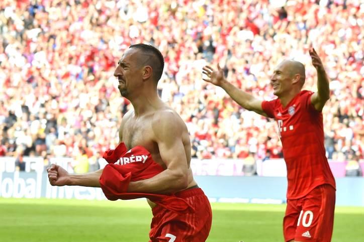 Franck Ribéry (l.) und Arjen Robben (r.) haben beim FC Bayern eine Ära geprägt, beide krönten am 34. Spieltag ihren Bundesliga-Abschied mit einem Tor. Ein Name der immer wieder als potenzieller Ersatz gehandelt wird: Leroy Sané. Der Nationalspieler ist allerdings nicht die einzige Option der Bayern