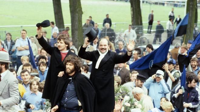 Klaus Schlappner (r.) feiert den Aufstieg mit Waldhof Mannheim