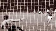 Den Anfang macht der Vater aller Elfmeter: Antonin Panenka. In der Nacht von Belgrad schießt er im EM-Finale 1976 die Tschechoslowakei gegen Deutschland mit einem gechippten Elfmeter zum Sieg. Es war das erste Finale eines großen Turniers, das vom Punkt aus entschieden wurde