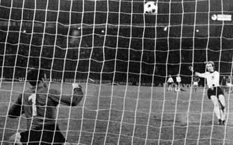 Am gleichen Ort feuert Uli Hoeneß seinen Elfmeter in den Nachthimmel. Manch einer munkelt, der Ball sei sogar übers Stadiondach geflogen. Hoeneß verschießt als einziger Schütze, nachdem Deutschland in der regulären Spielzeit noch ein 0:2 aufgeholt hatte.