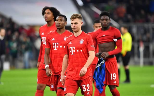 David Alaba (2.v.l.) und Joshua Kimmich (2.v.r.) waren Teil der Dreierkette des FC Bayern gegen Paderborn