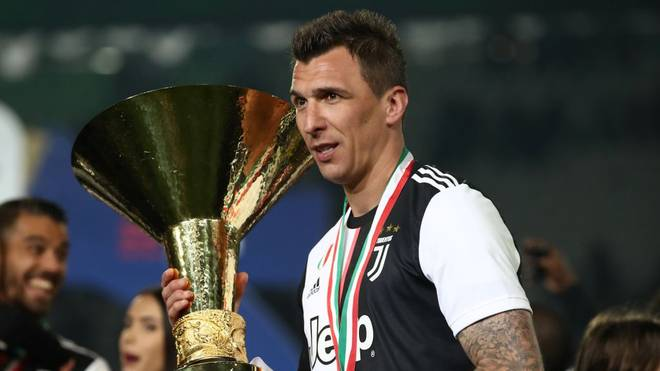 Juventus' Croatian forward Mario Mandzukic holds the Italian Champion's trophy at the end of the Italian Serie A football match Juventus vs Atalanta on May 19, 2019 at the Allianzstadium in Turin. (Photo by Isabella BONOTTO / AFP)        (Photo credit should read ISABELLA BONOTTO/AFP via Getty Images)