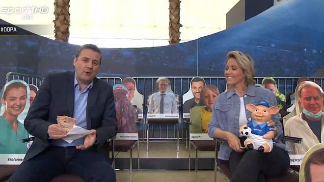 SPORT1-Chefredakteur Pit Gottschalk füttert das Phrasenschwein mit 2500 Euro für den guten Zweck