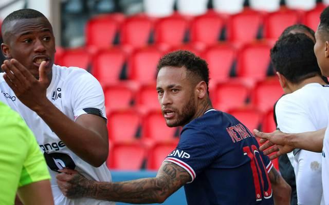 Neymar (M) im Gerangel mit  (L)