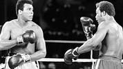 """Ali lässt Foreman am Leben, aber er tötet den Mythos vom unschlagbaren Champion und macht sich selbst endgültig unsterblich. Kurz vor Ende der achten Runde in jenem Kampf, der vor 40 Jahren als """"Rumble in the Jungle"""" in die Geschichte eingeht, zerschellt der bis dahin in 40 Kämpfen ungeschlagene George Foreman im Schlaghagel des damals immerhin schon 32-jährigen Ali. SPORT1 blickt zurück auf den 30. Oktober 1974"""