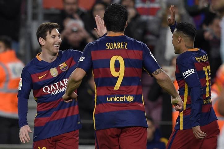 Nächste Gala des FC Barcelona und schon wieder stehen die großen Drei im Mittelpunkt. Luis Suarez (M.), Neymar (r.) und Lionel Messi tragen sich beim 6:1 gegen Celta Vigo allesamt in die Torschützenliste ein. Doch besonders das vierte Barca-Tor wird noch lange im Gedächtnis bleiben - und für Gesprächsstoff sorgen