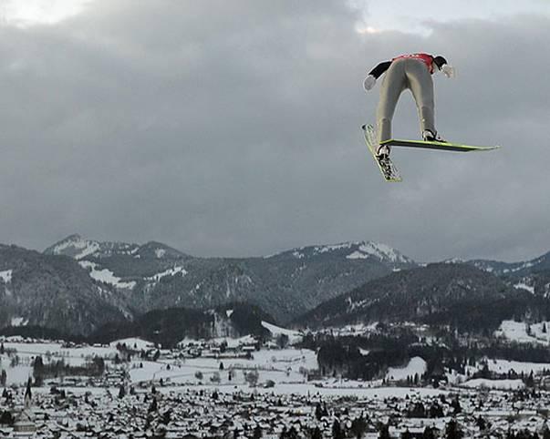 Wer krönt sich diesmal zum König der Lüfte? Zum 68. Mal kämpfen die besten Skispringer der Welt vom 28. Dezember 2019 bis 6. Januar 2020 in Oberstdorf, Garmisch-Partenkirchen, Innsbruck und Bischofshofen um den Tourneesieg