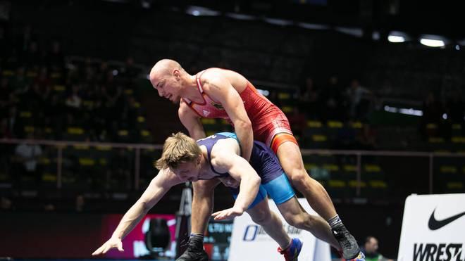 Frank Stäbler (rot) zog sich eine schwere Schulterverletzung zu